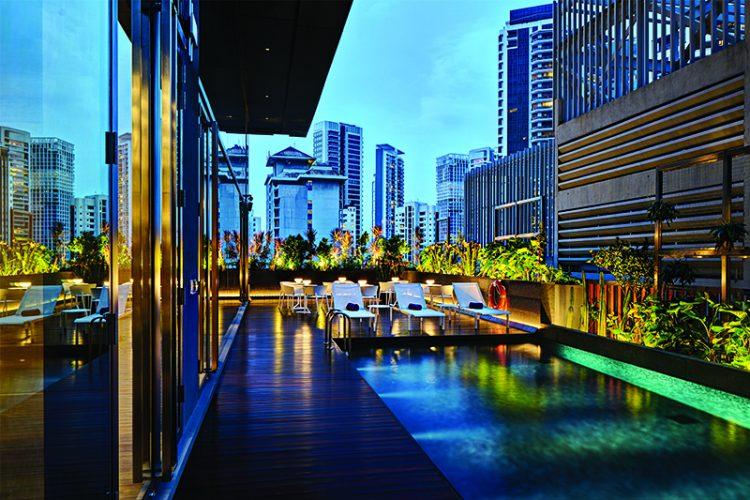 yotel-hotel-singapore_pool-dusk_800x533-750x500